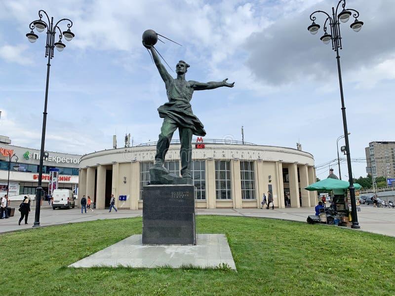 Moscou, Russie, juillet, 16, 2019 Monument aux créateurs du premier satellite devant la station de métro Rizhskaya en été image libre de droits