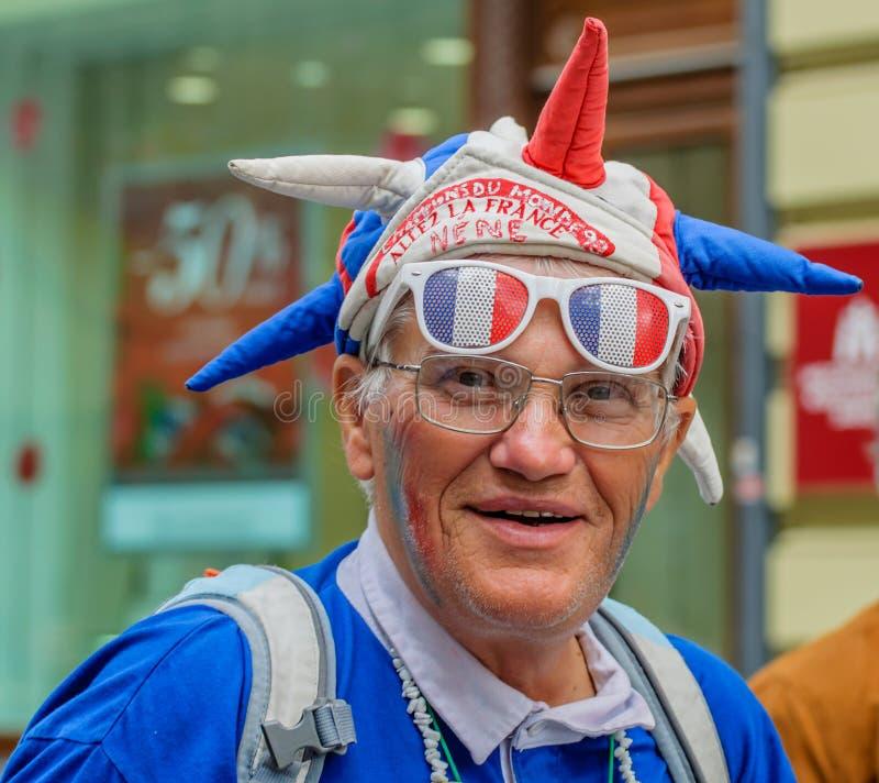 Moscou, Russie - 7 juillet 2018 : Portrait de fan française pluse âgé avec l'attribut du football dans tricolore bleu-blanc-rouge photos stock