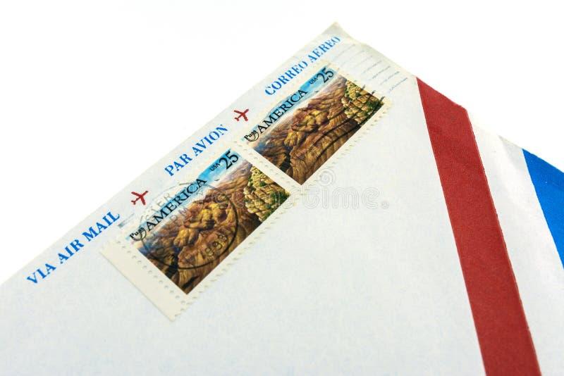 moscou Russie 29 juillet 2019 Vrai après-courrier USA d'enveloppe en 1993 Timbres-poste décommandés image libre de droits