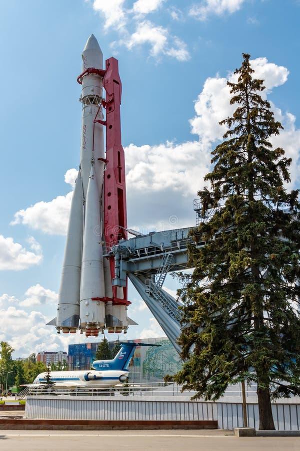 Moscou, Russie - 22 juillet 2019 : Vue de fusée d'espace soviétique Vostok près de pavillon Kosmos en parc de VDNH à Moscou contr photographie stock