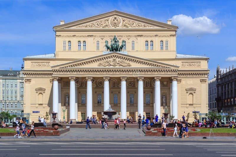 Moscou, Russie - 3 juin 2018 : Façade de théâtre de Bolshoi contre le ciel bleu Vue de place de révolution photos libres de droits