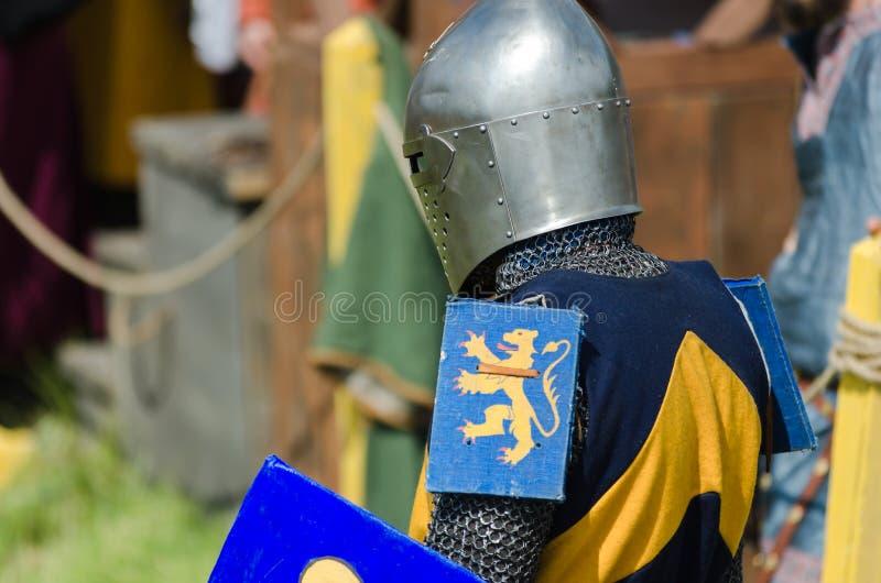 MOSCOU, Russie-juin 06,2016 : Le guerrier médiéval se prépare au duel Le chevalier se tient dans le casque avec l'épée et le bouc image stock