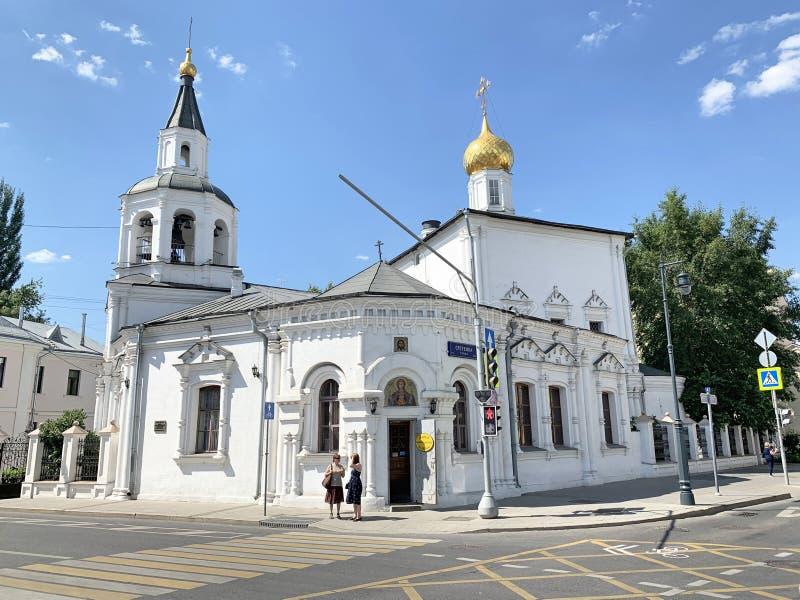 Moscou, Russie, juin, 20, 2019 Les gens marchant près de l'église de l'acceptation de l'église de Mary Uspenskaya de Vierge Bless photo libre de droits