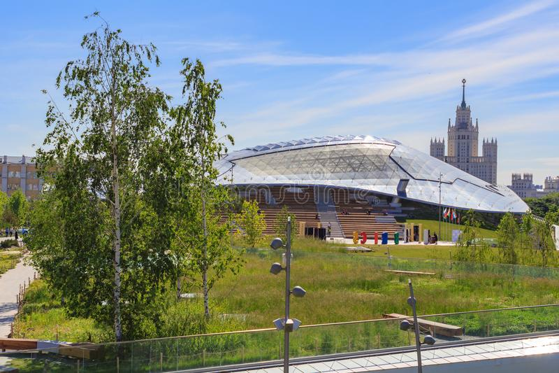 Moscou, Russie - 3 juin 2018 : Toit en verre de grand amphithéâtre en parc de Zaryadye sur le fond du gratte-ciel sur Kotelniches image stock