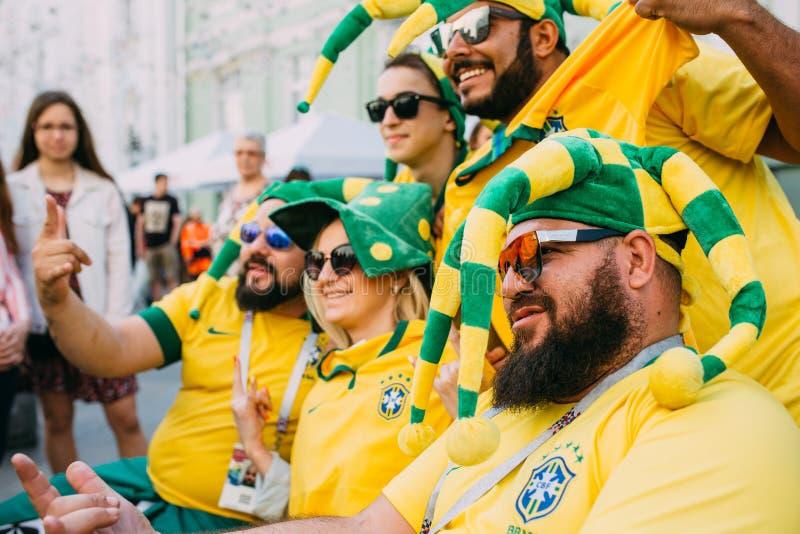 MOSCOU, RUSSIE - JUIN 2018 : Un groupe de passionés du football brésiliens sont photographiés avec les filles russes sur la rue p photo libre de droits