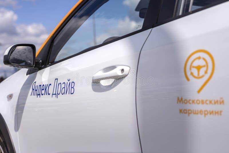 Moscou, Russie, le 30 juillet 2019 Commande de Yandex - voiture russe de covoiturage à Moscou Foyer en gros plan sur la commande  photographie stock libre de droits