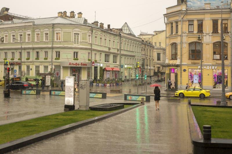 Moscou, Russie, le 17 juillet 2019 Pluie d'été à Moscou, une femme avec un parapluie descendant la rue image libre de droits