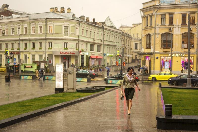 Moscou, Russie, le 17 juillet 2019 Pluie d'été à Moscou, une femme sans parapluie descendant la rue photographie stock libre de droits