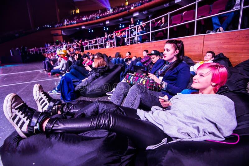 MOSCOU, RUSSIE - 14 MAI 2016 : Événement de cybersport de MOSCOU Dota 2 d'ÉPICENTRE Spectateurs de tournoi détendant sur les pouf image libre de droits