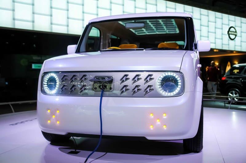 Moscou, Russie - 25 mai 2019 : Argent de Nissan Cube de voiture électrique avec le remplissage relié photographie stock