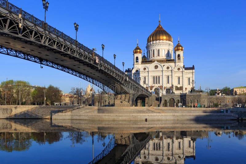 Moscou, Russie - 3 mai 2018 : Cathédrale du Christ le sauveur et le pont de Patriarshiy au-dessus de la rivière de Moskva au mati image libre de droits