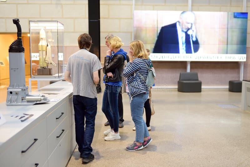Moscou, Russie - 24 mai 2019 : Groupe de touristes avec un guide regardant des objets exposés une exposition dans le pavillon de  image stock