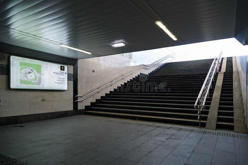 MOSCOU, RUSSIE - 23 mai 2018 : La sortie de la station de métro de Moscou SPARTAK est à côté de stade de SPARTAK qui accueille la photo libre de droits