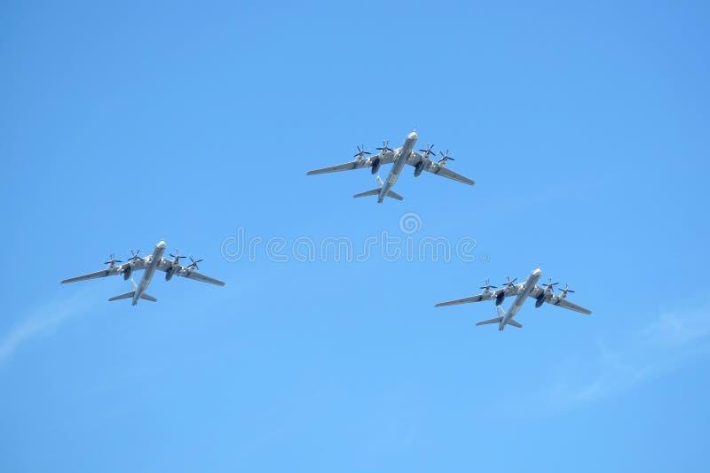 MOSCOU, RUSSIE - 9 MAI 2018 : Le bombardier-missile stratégique Tu-95 du turbopropulseur trois militaire russe soutiennent en vol photographie stock