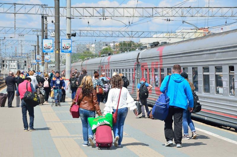 Moscou, Russie, mai, 19, 2017 Les passagers montent à bord du train sur la gare ferroviaire de Yaroslavsky photo libre de droits