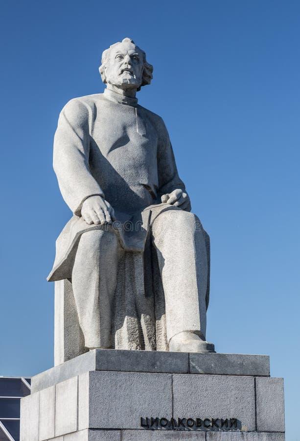 Moscou, Russie - 31 mai 2016 : Monument à la statue de Konstantin Tsiolkovsky, l'astronautique de précurseur photographie stock