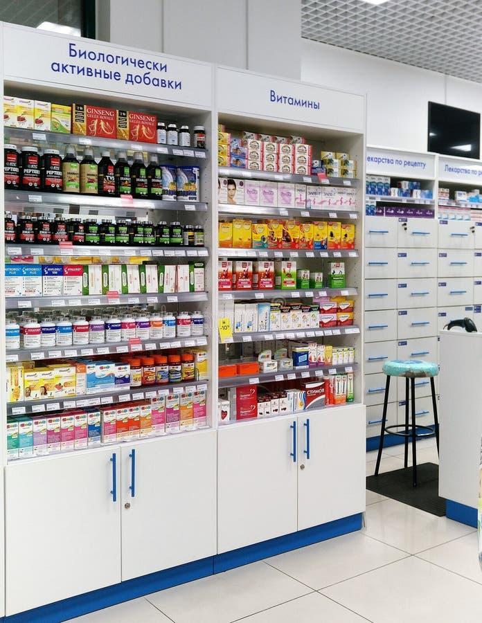Moscou, Russie 5 mai 2019 : Pharmacie, texte sur les étagères : Suppléments diététiques, vitamines, médicaments délivrés sur ordo image libre de droits