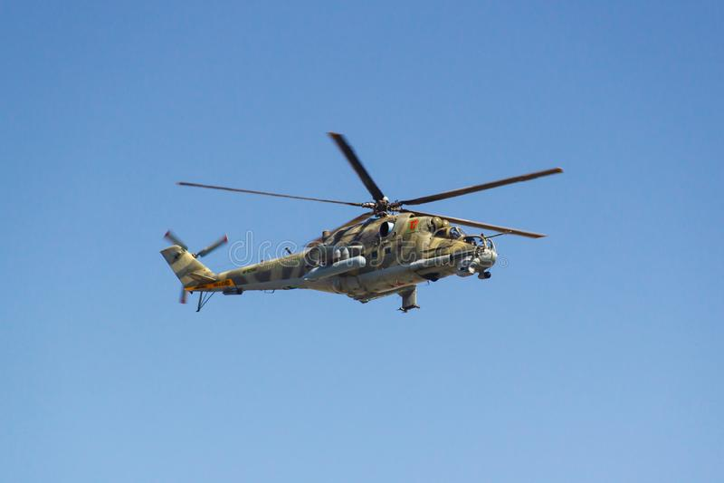 Moscou, Russie - 7 mai 2019 : Plan rapproché de l'hélicoptère de combat Mi-24 dans le ciel bleu au-dessus de la place rouge Pièce image libre de droits