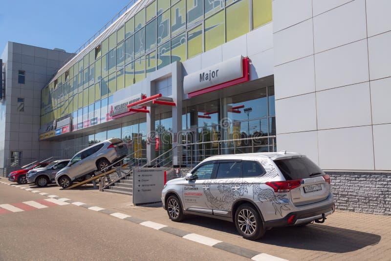 Moscou, Russie - mai 2018 : Revendeur d'automobile de Mitsubishi avec le nouveau modèle d'Outlander de Mitsubishi près de l'entré images stock