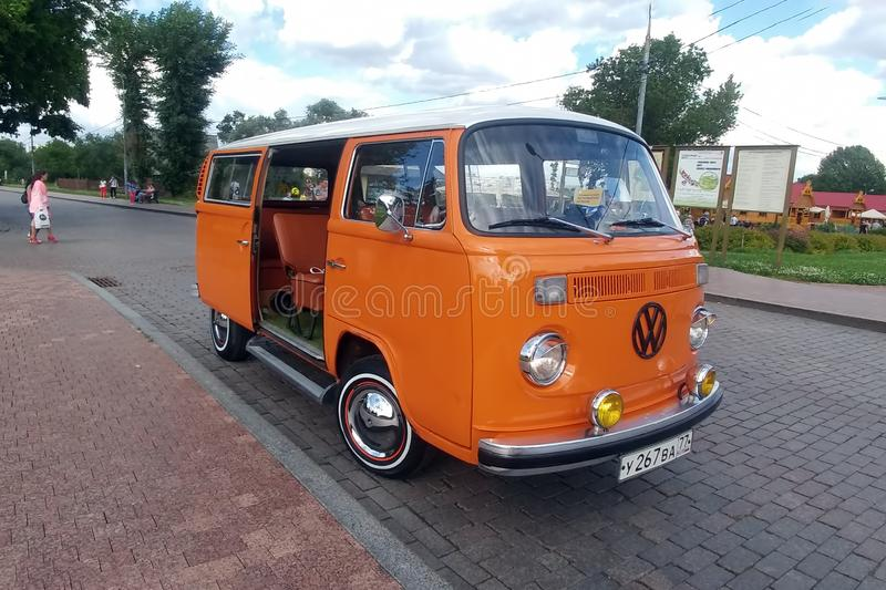 Moscou, Russie - 3 mai 2019 : Type classique orange de T2 de transporteur de Volkswagen - rétro véhicule 2 garé sur la rue de vil photo stock