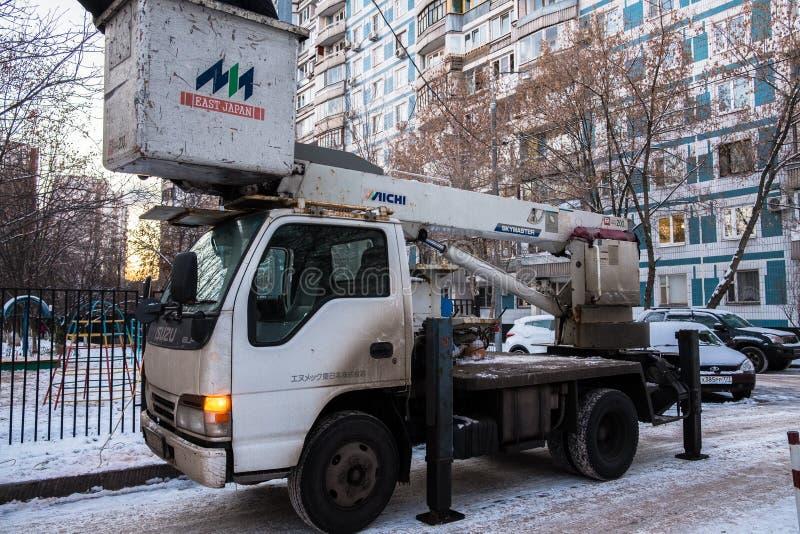 MOSCOU, RUSSIE, NOVEMBRE, 28 2018 : Les travailleurs réparent la ligne électrique de rue de ville Réparation de réverbère photo libre de droits