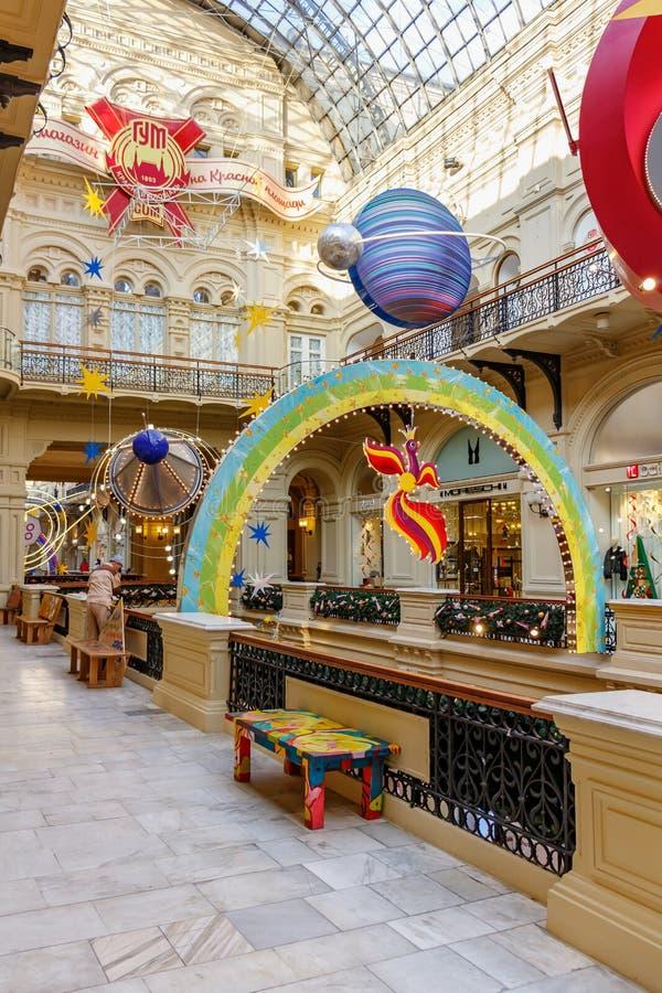 Moscou, Russie - 21 novembre 2019 : Ruelle décorée du grand magasin GUM State sur la place Rouge par décorations de Noël GUM est  images stock