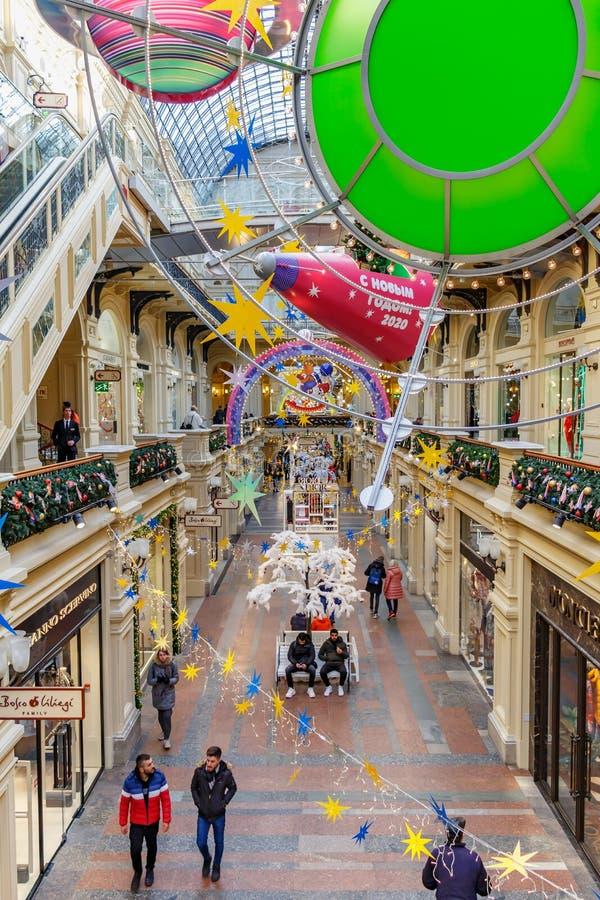 Moscou, Russie - 21 novembre 2019 : Ruelle décorée du grand magasin GUM State sur la place Rouge par décorations de Noël GUM est  photographie stock