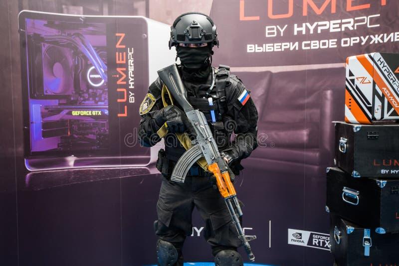 MOSCOU, RUSSIE - 27 OCTOBRE 2018 : Grève de compteur d'ÉPICENTRE : Événement offensif global d'esports Un cosplayer habillé comme image libre de droits