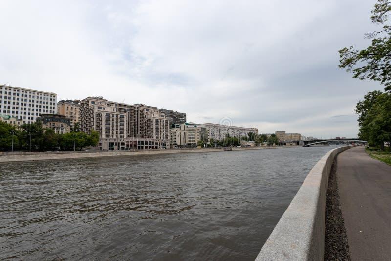 Moscou, Russie peut 25, 2019, remblai de la rivière de Moscou avec de beaux bâtiments se tenant le long de la rivière, de l'autre images stock