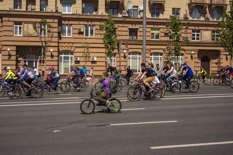 moscou Russie 19 peuvent 2019 Festival de recyclage 2019 de Moscou Le cycliste pendant le voyage prend la caméra images stock