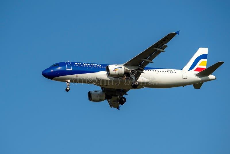 Moscou, Russie 2 septembre 2018 : Aéroport de Domodedovo, Airbus 320 du débarquement de lignes aériennes d'Air Moldova image stock