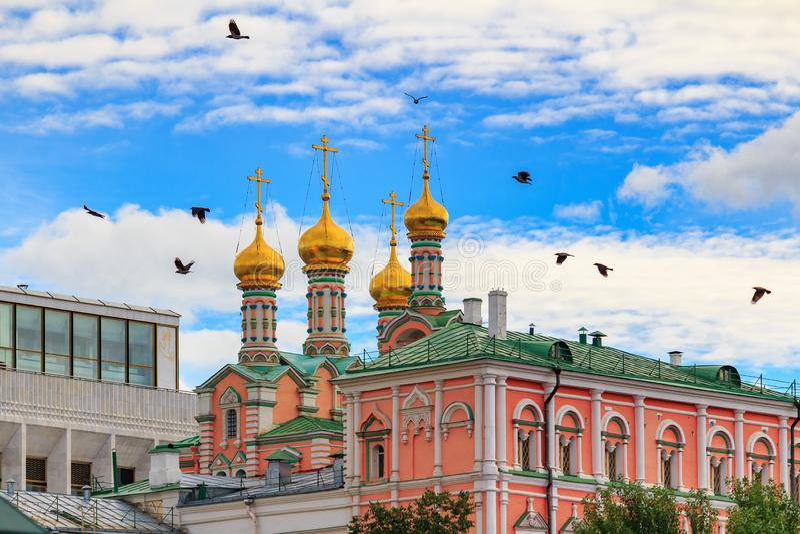 Moscou, Russie - 30 septembre 2018 : Cathédrale de Dormition sur un fond des bâtiments de Moscou Kremlin contre le ciel bleu avec images stock