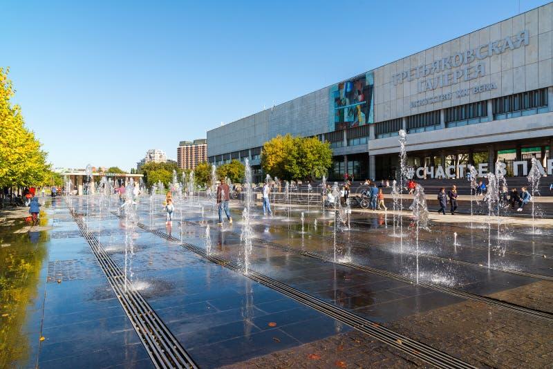 Moscou, Russie - 24 septembre 2017 Fontaine sur le remblai criméen devant la nouvelle galerie de Tretyakov photos stock