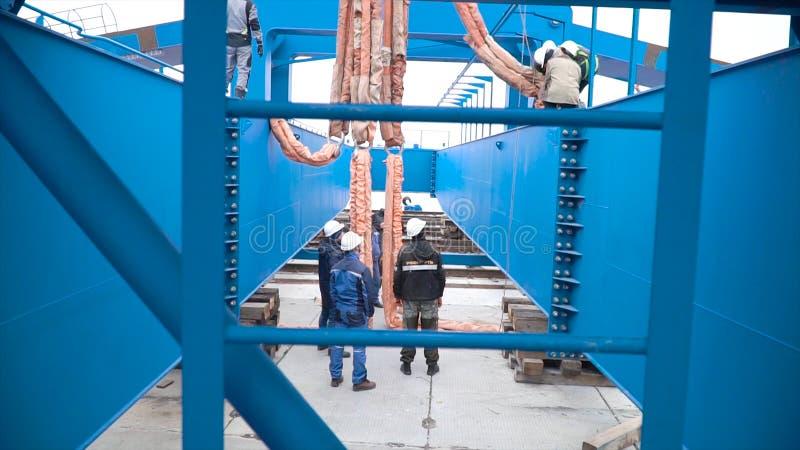 Moscou, Russie - septembre 2018 : Installation de grue de portique sur le site clip Travailleurs au chantier de construction enga photo libre de droits