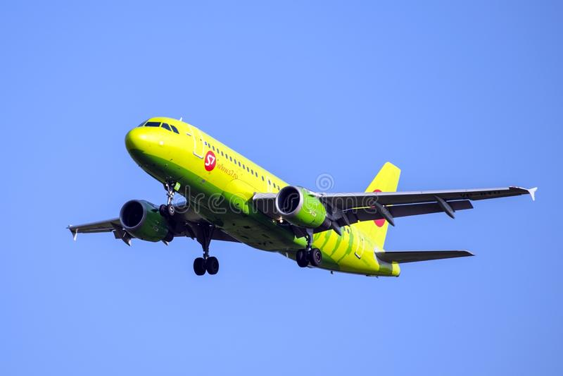 Moscou, Russie 2 septembre 2018 : L'aéroport de Domodedovo, lignes aériennes d'Airbus A319 S7 surfacent l'atterrissage photos libres de droits