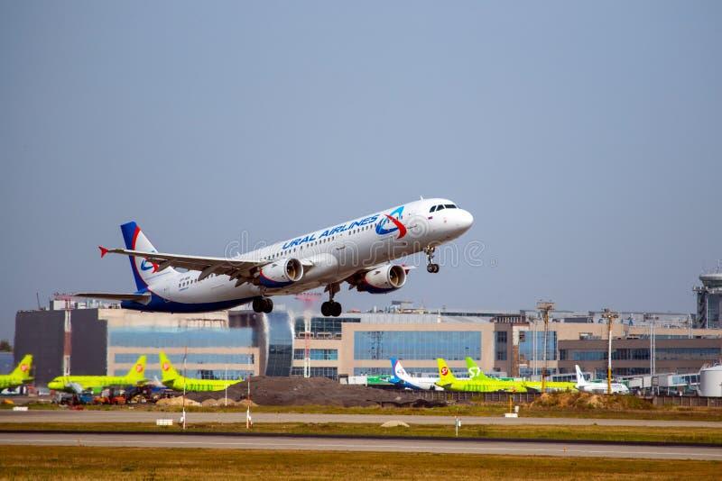 Moscou, Russie 8 septembre 2018 : l'aéroport Domodedovo, lignes aériennes Airbus 321 d'Ural décollent photographie stock libre de droits