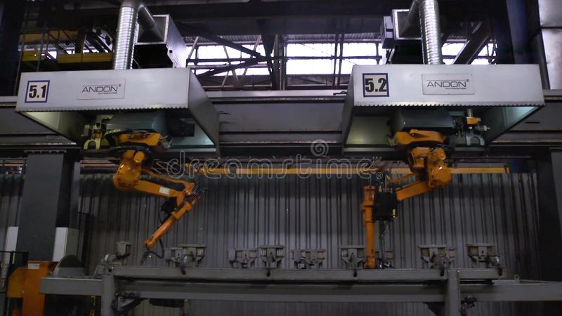 Moscou, Russie - septembre 2018 : Mouvement de robots de soudure dans l'usine de voiture scène Mouvement de robot en soudant avec photo stock