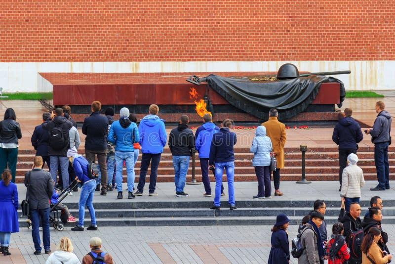 Moscou, Russie - 30 septembre 2018 : Touristes près de flamme éternelle à la tombe du soldat inconnu dans le jardin d'Aleksandrov image stock