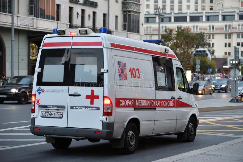 Moscou, Russie - 22 septembre 2018 voiture d'ambulance sur le proezd de Teatralnyy photo stock