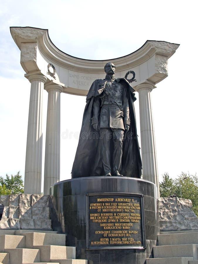 Moscou, Russie Un monument à l'empereur Alexandre II - au libérateur dans la perspective d'une colonnade photos libres de droits