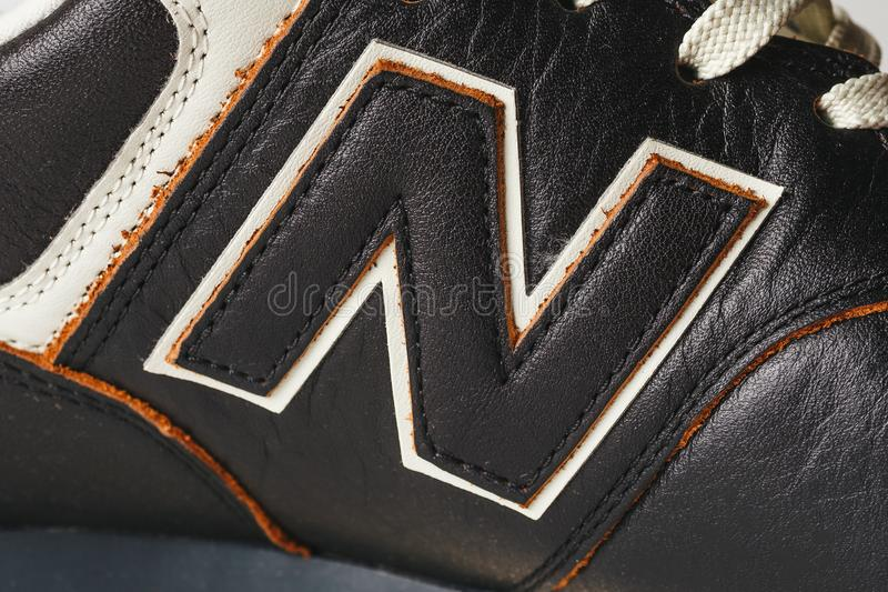Moscou, Russie - vers en août 2018 : New Balance chausse le logo - la lettre N sur de nouvelles espadrilles en cuir images libres de droits