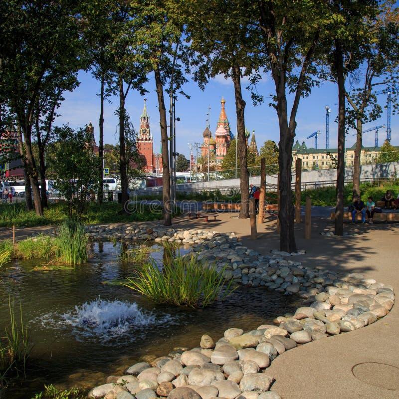 Moscou - 4 septembre 2018 : Parc de Zaryadye avec l'amphithéâtre moderne à Moscou, Russie Zaryadye est un de la canalisation photos libres de droits
