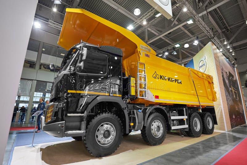 MOSCOU, SETEMBRO, 5, 2017: Caminhão de caminhão basculante novo de Volvo 460 no mundo 2018 da mineração da exposição Caminhões co foto de stock