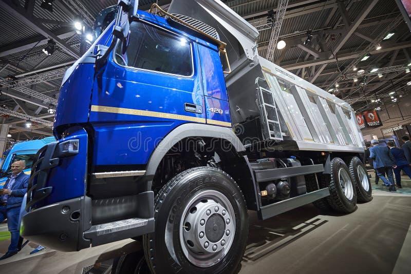 MOSCOU, SETEMBRO, 5, 2017: Vista na exibição de competência de alta velocidade do caminhão da arrancada de Volvo na exposição Com fotos de stock