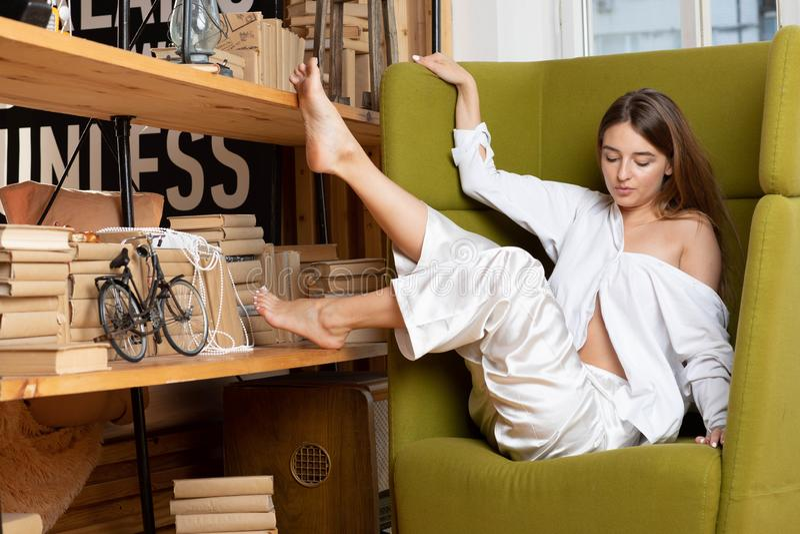 Moscou un photoshoot dans le studio avec la fille avec du charme photographie stock libre de droits