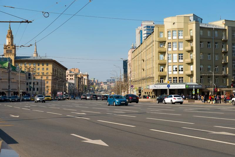 Moscou, vue du trafic de voiture sur l'anneau de jardin sur la place de Smolenskaya image libre de droits