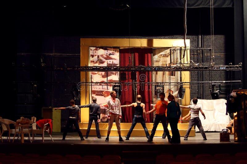 Os atores dançam no ensaio no palácio em Yauza imagem de stock