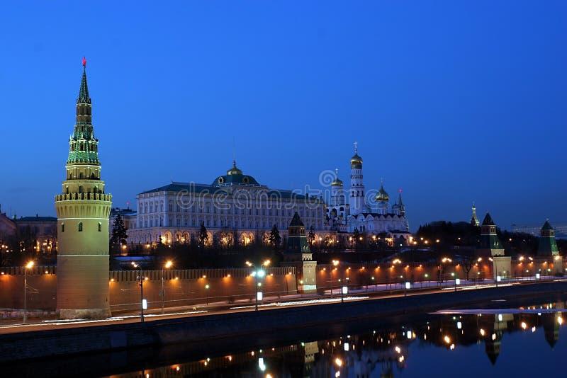 Moscovo Kremlin (com Moscovo-Rio, e ela é a terraplenagem) foto de stock royalty free
