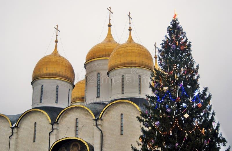 Moscovo Kremlin Igreja de Dormition e árvore de Natal Foto a cores foto de stock