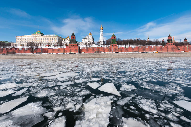 A Moscovo Kremlin O gelo no rio de Moskva fotografia de stock